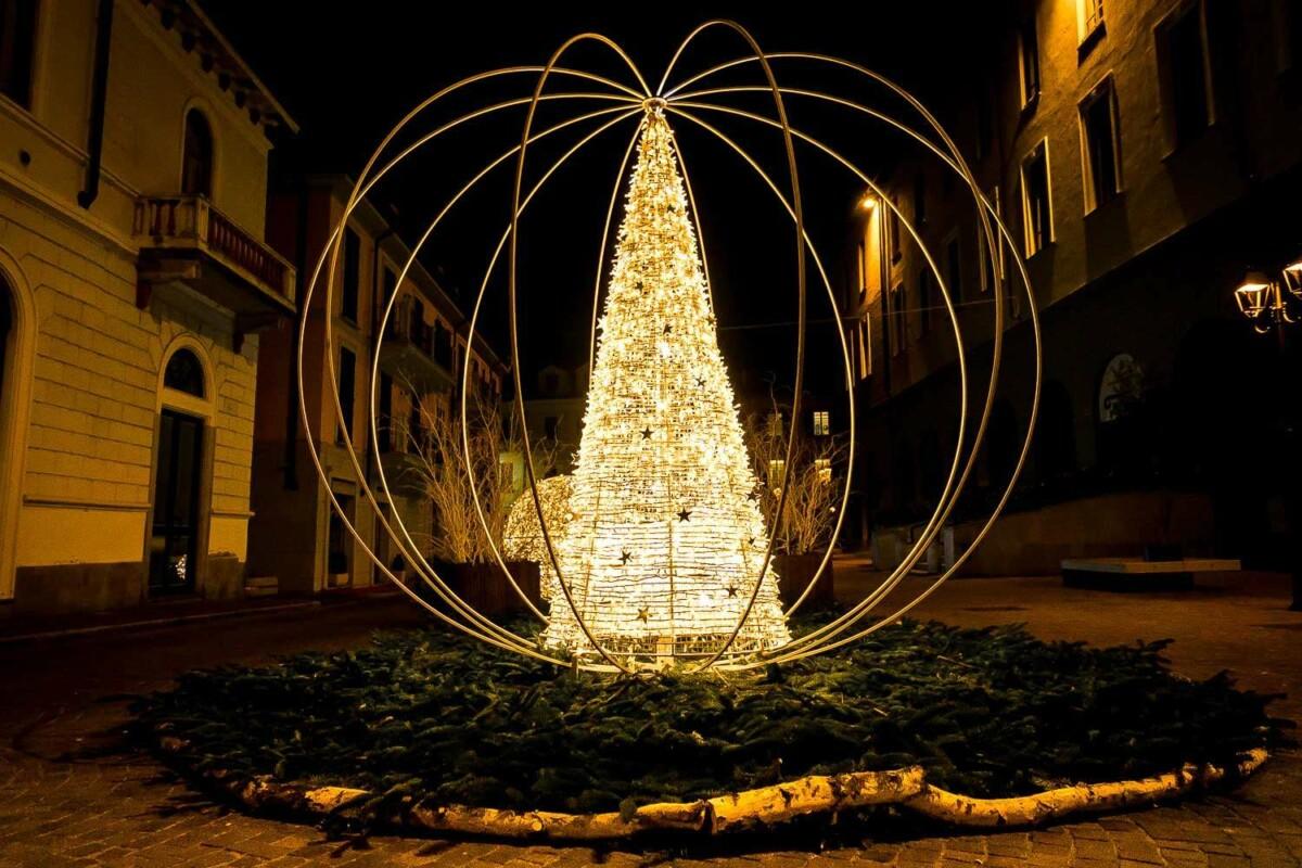 Addobbi Natalizi Giganti.Sfere Giganti Di Natale Allestimenti Natalizi Urbani