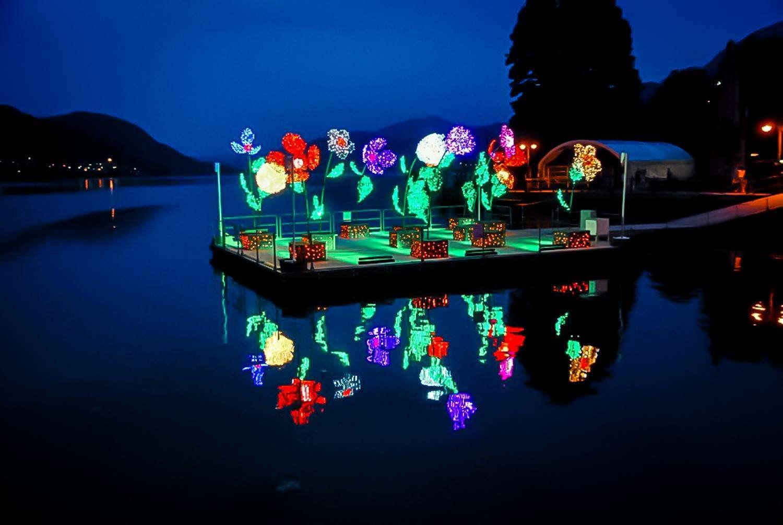 Allestimento Omegna, scenografia lago, zattera galleggiante