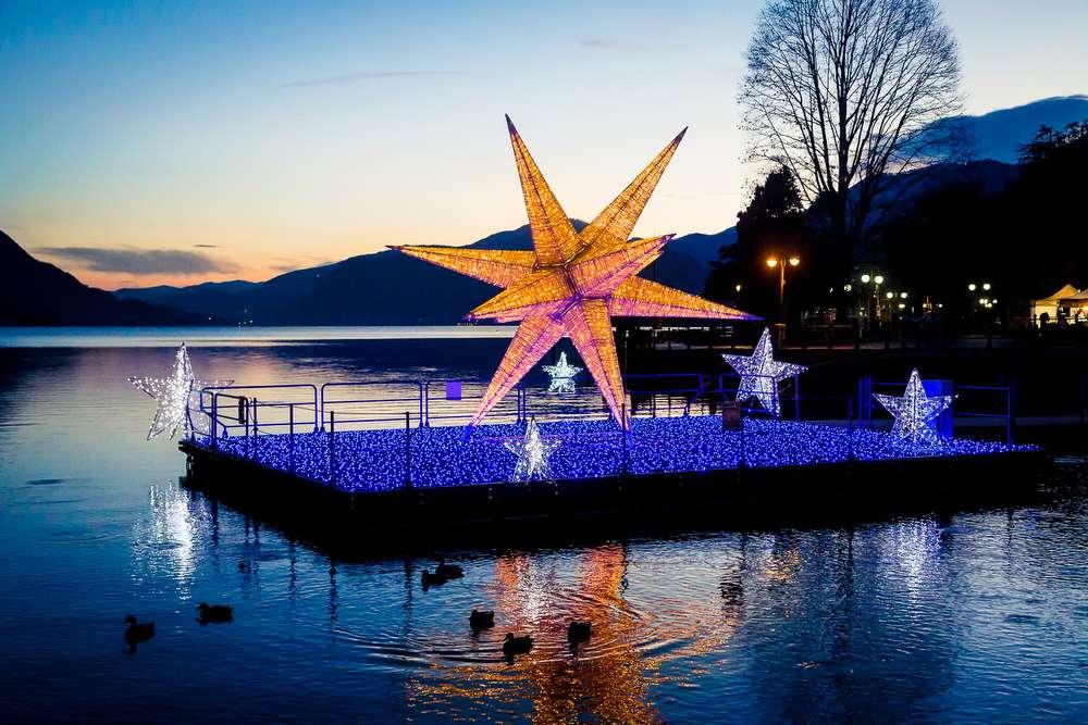 Stella Albero Di Natale Luminosa.Una Grande Stella Natalizia Sul Lago D Orta Ed Un Albero Di Natale A