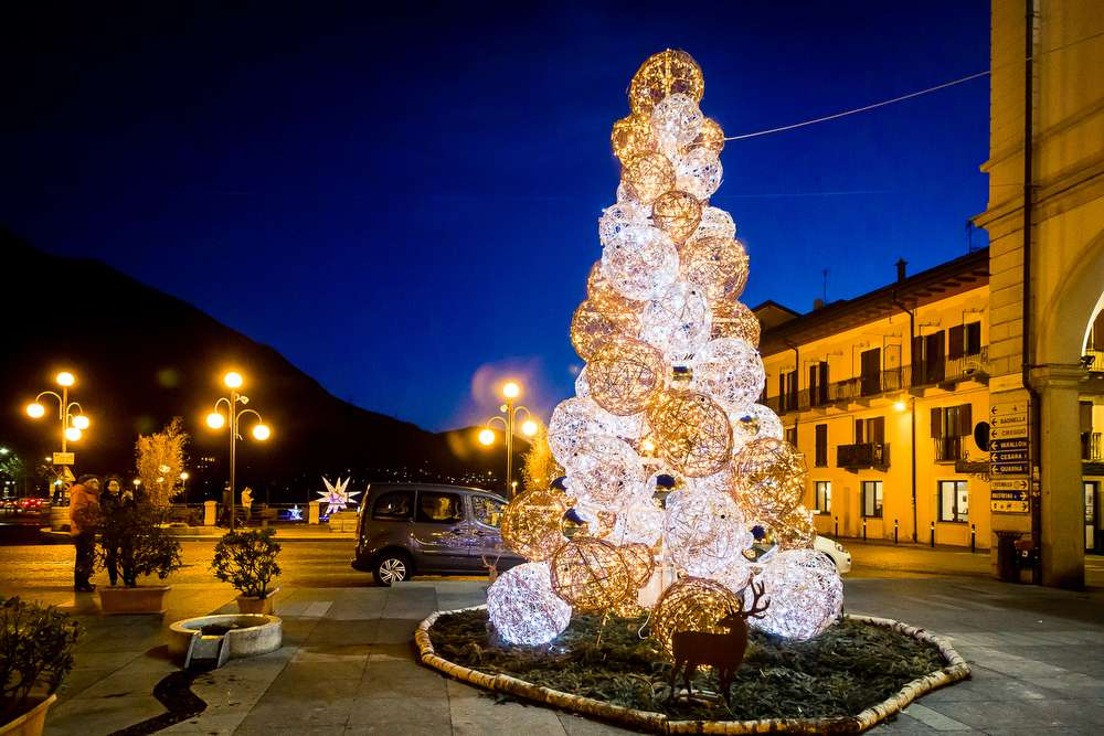 Stella Luminosa Di Natale.Una Grande Stella Natalizia Sul Lago D Orta Ed Un Albero Di Natale A
