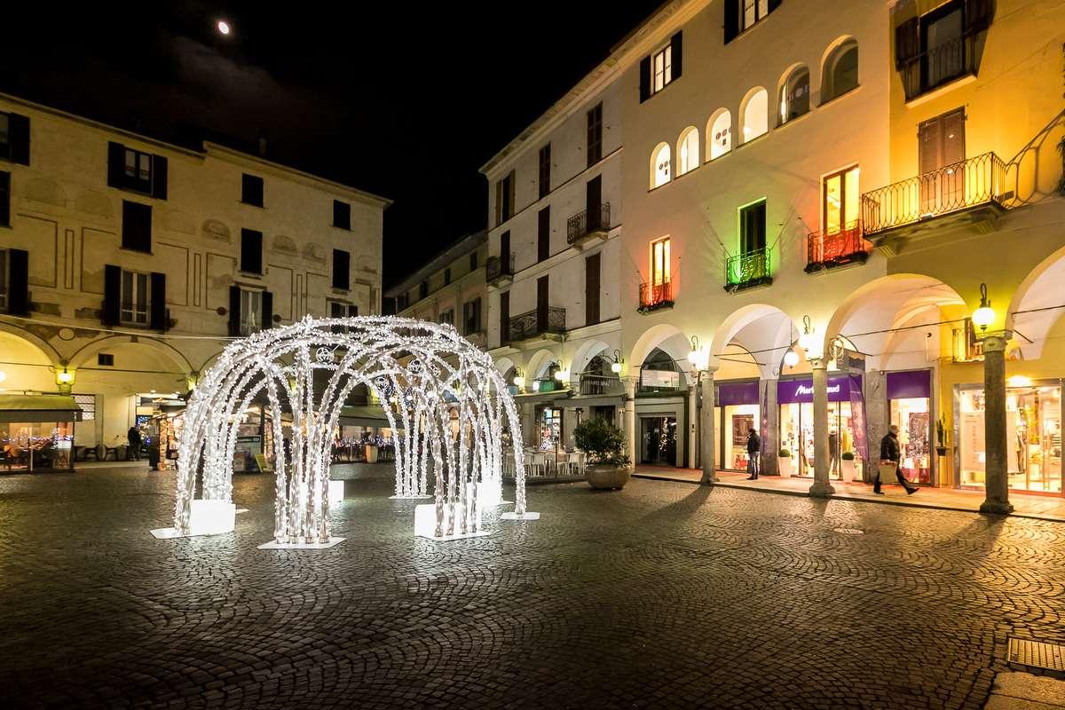 A walk to discover novara 39 s christmas for Arredi natalizi per esterni